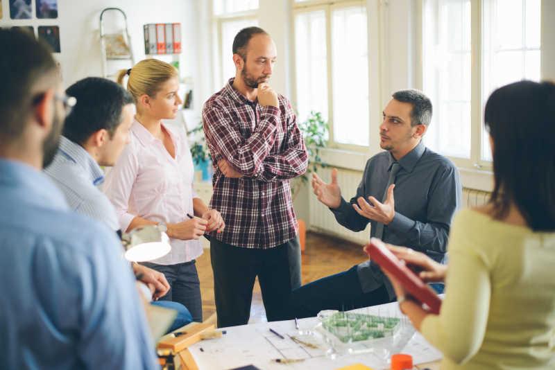 建筑师在办公室给同事讲解工作