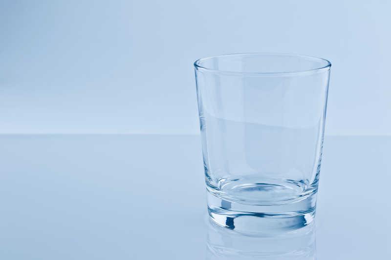 白色桌子上的透明玻璃水杯