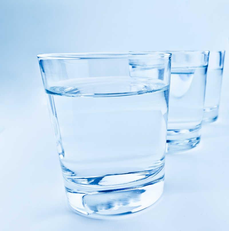 透明杯子里的矿泉水
