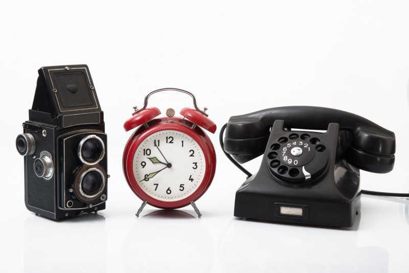 老旧的相机与电话