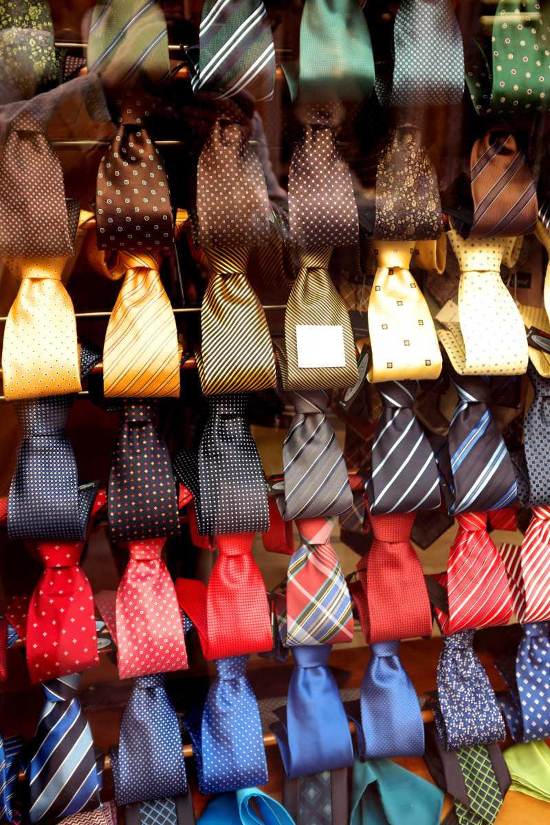 商店里摆放整齐的男士领带