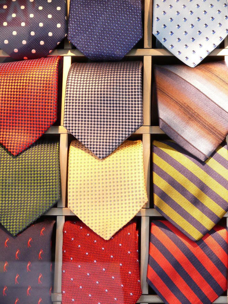 放在小方格里的不同样式的男士领带