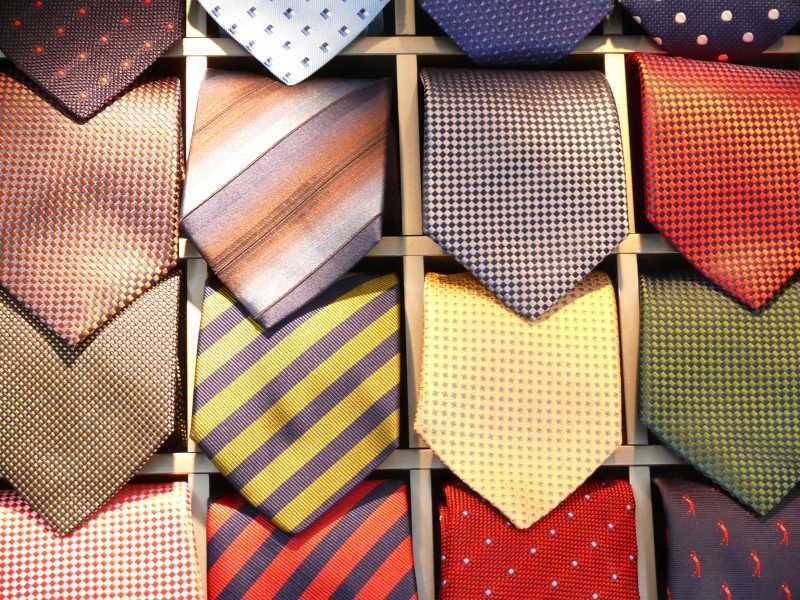 放在领带盒里的男士领带