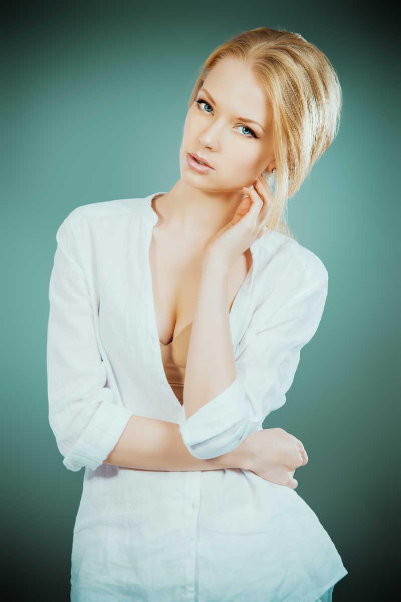 金发美女穿着白色衣服