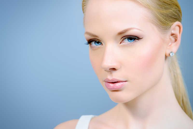 皮肤光滑的蓝眸美女