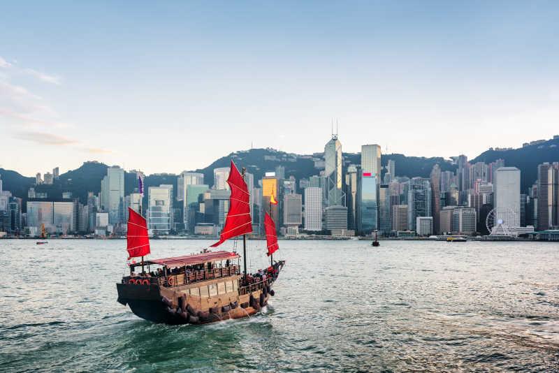 香港大楼前的红色帆船