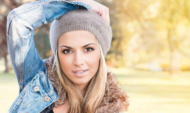 秋季公园里的美丽女人
