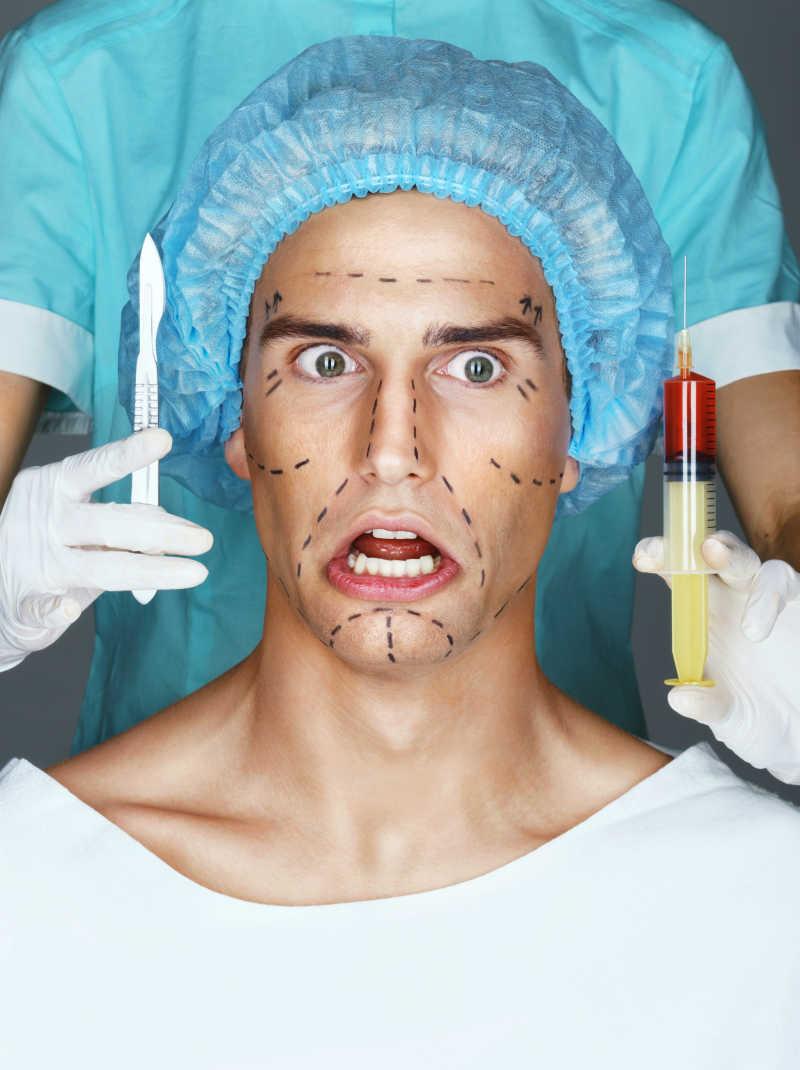 一位整容的男子与拿着注射器和手术刀的医生