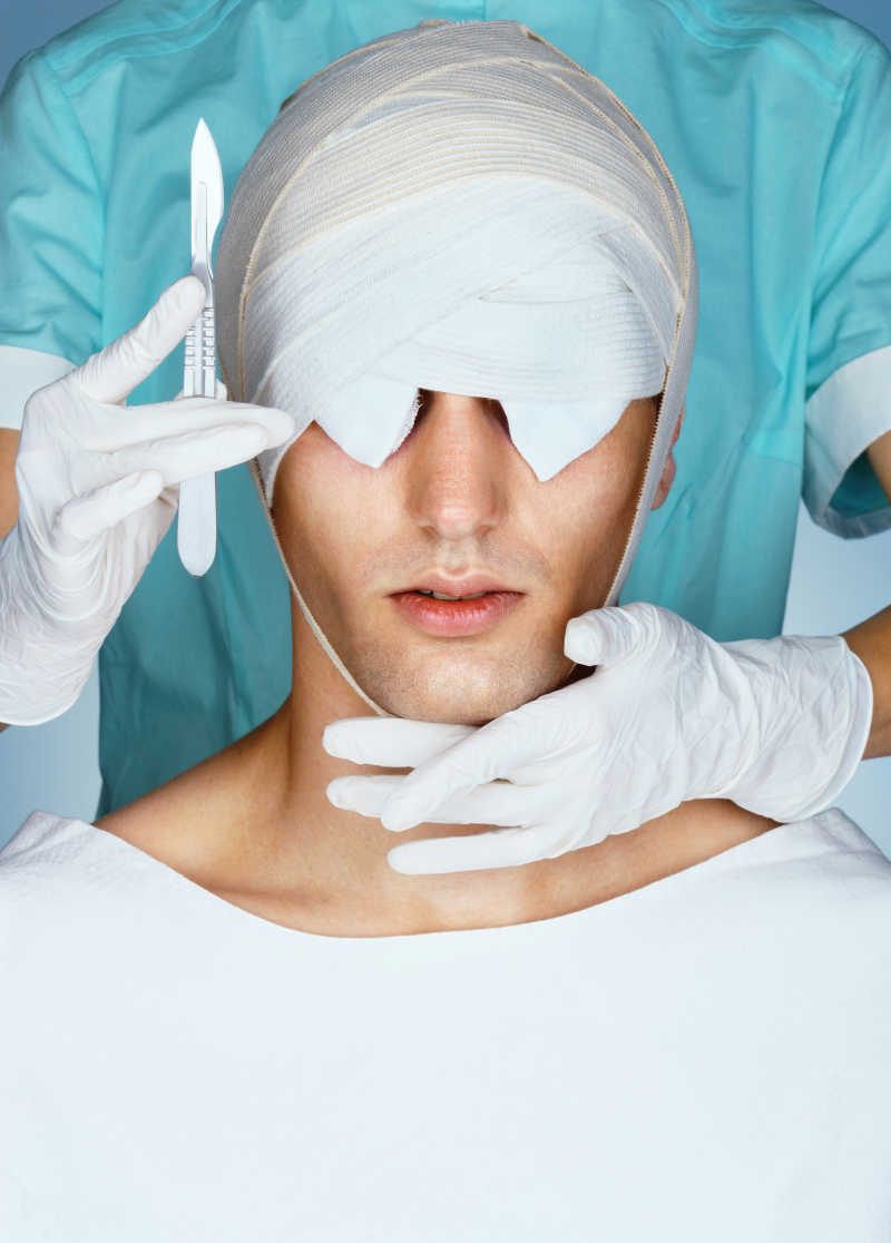 整容手术后病人与拿着手术刀的医生