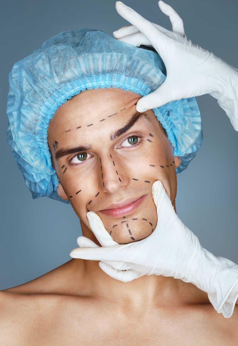 一位脸上画着整容手术标记线的男子