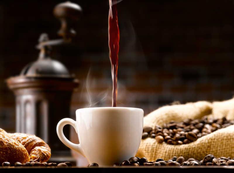 往陶瓷杯中倒入咖啡