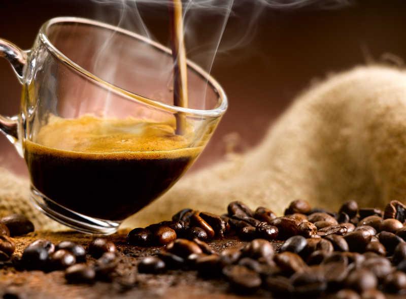 往倾斜的杯中倒入咖啡