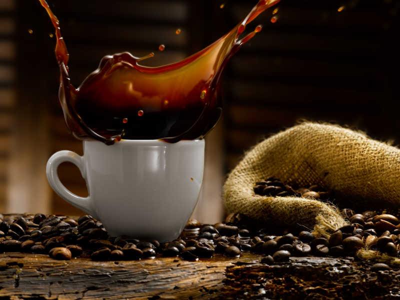四溅的咖啡