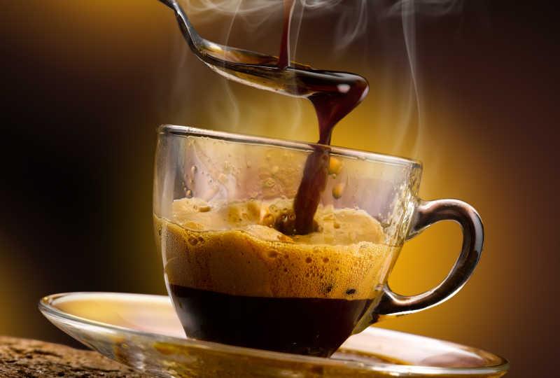 倒在勺子上的浓咖啡