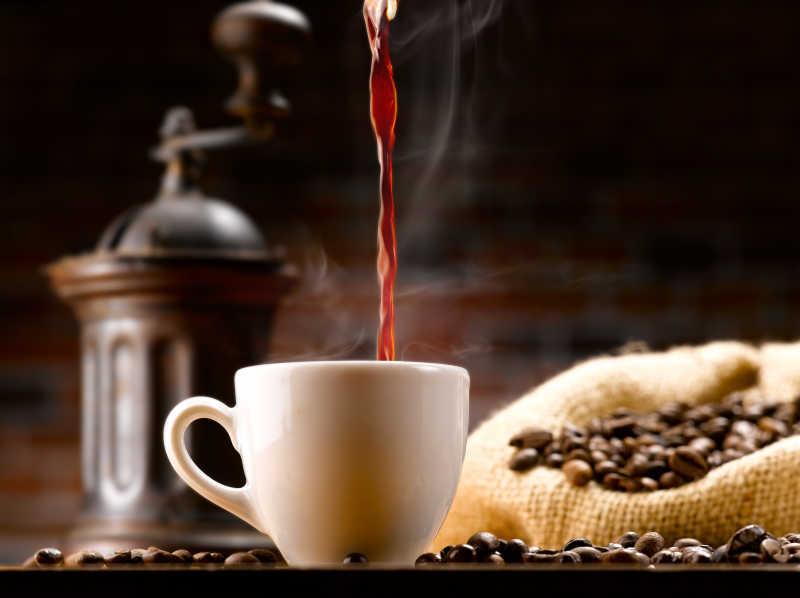 往陶瓷杯中倒入白咖啡