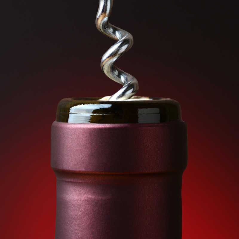酒瓶与Corkscrew Closeup