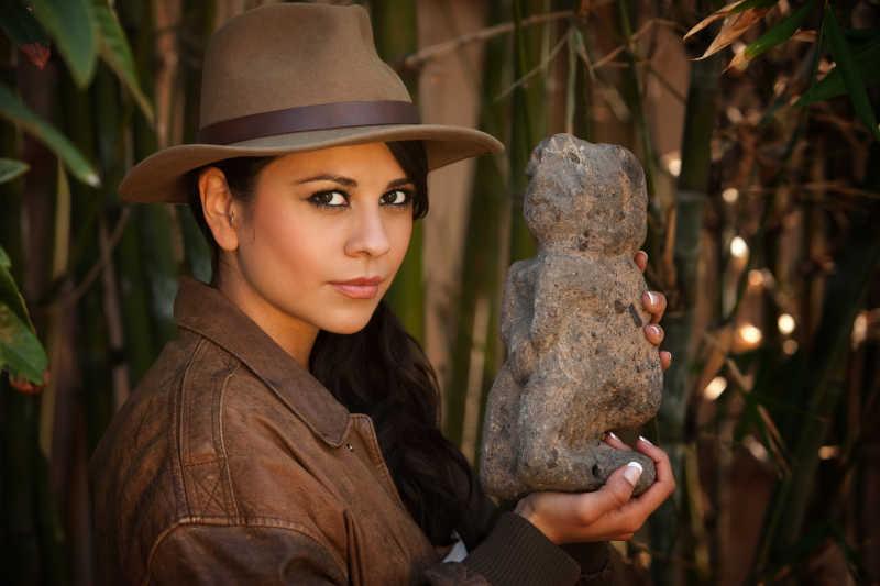 拿着石头的美女考古学家