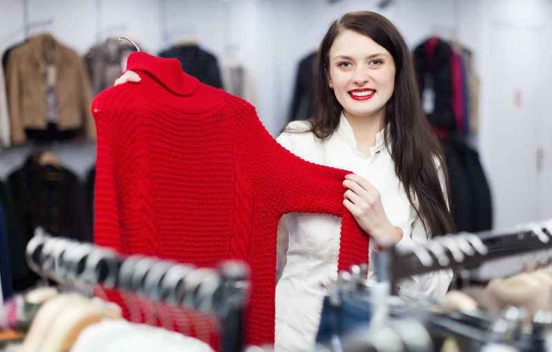 黑发女孩选择毛衣
