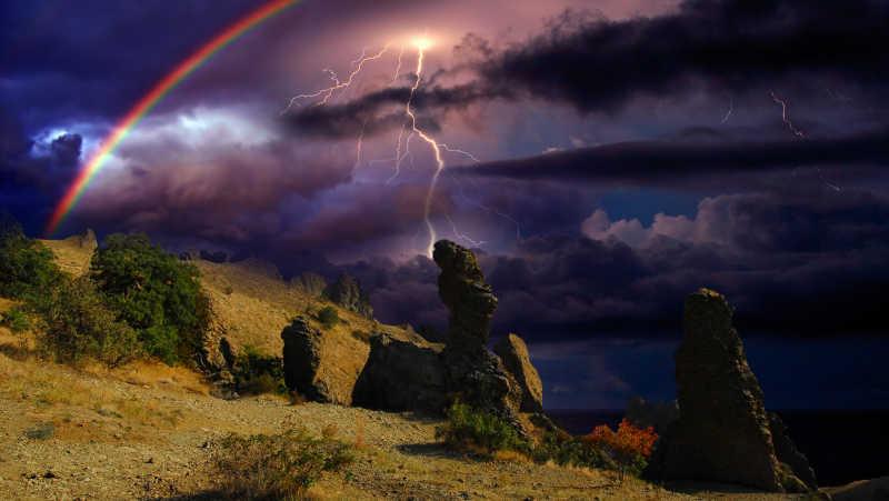 悬崖上美丽的闪电彩虹等自然景观