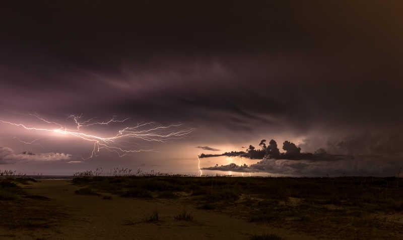 海滩上阴云密布的天气