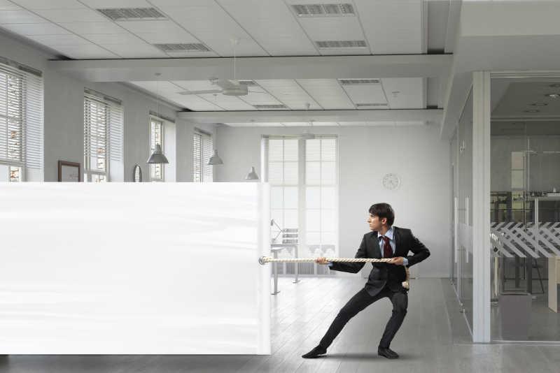 在拉着白色广告布的商人