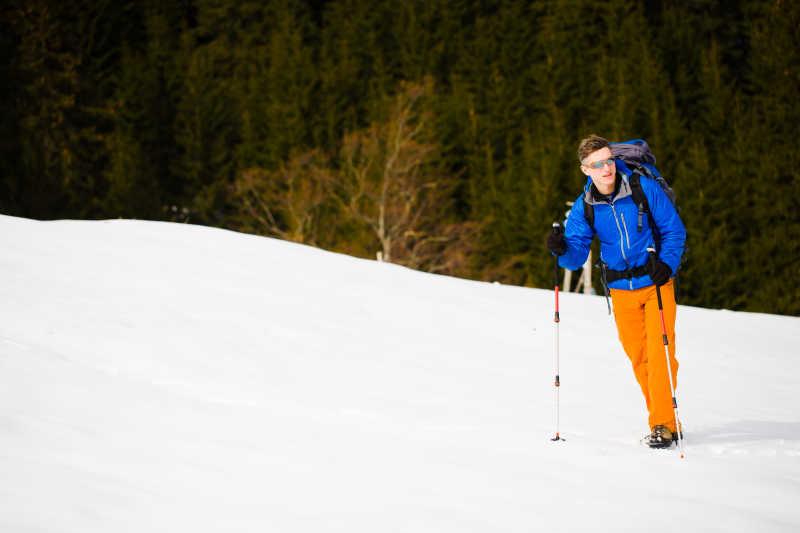 登山者在雪坡上行走