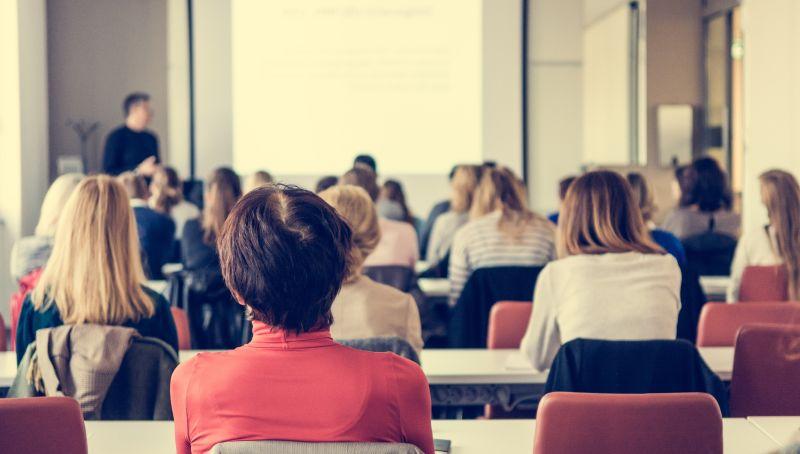 会议室里认真听讲的观众背影