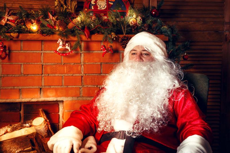 坐着休息的圣诞老人