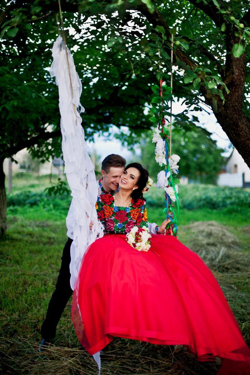 新郎和迷人的新娘坐在秋千上