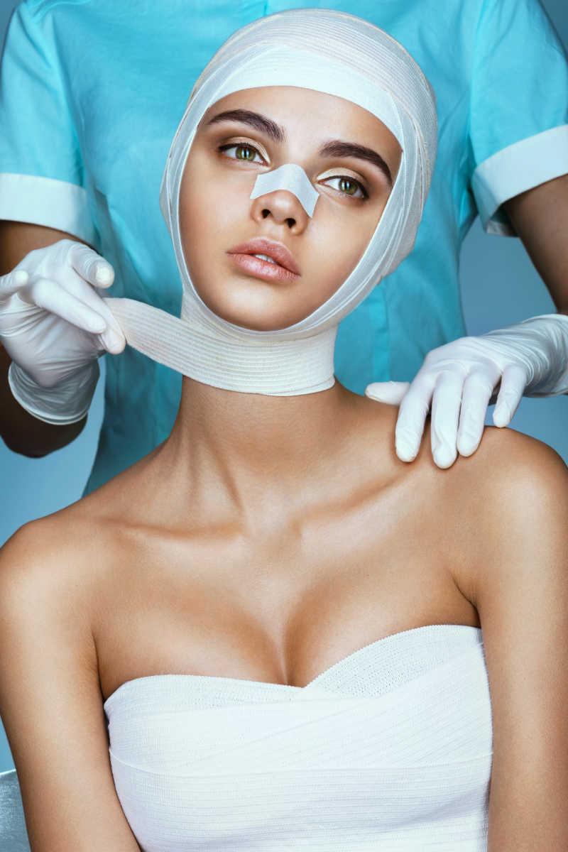 整形外科医生为整容后的女子绑绷带