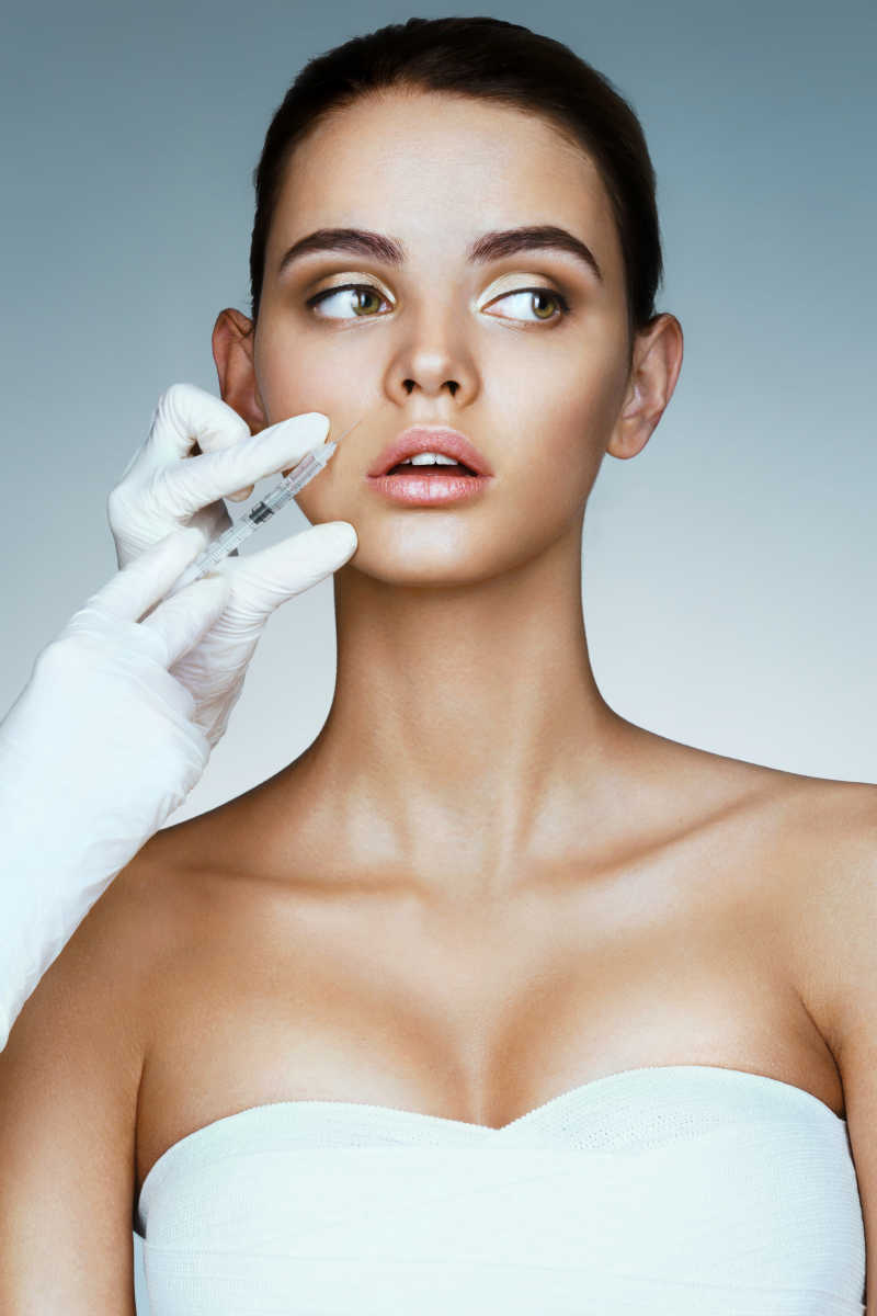 医生为美女在脸上注射美容针