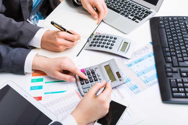 两个商业会计正在进行数据成本计算