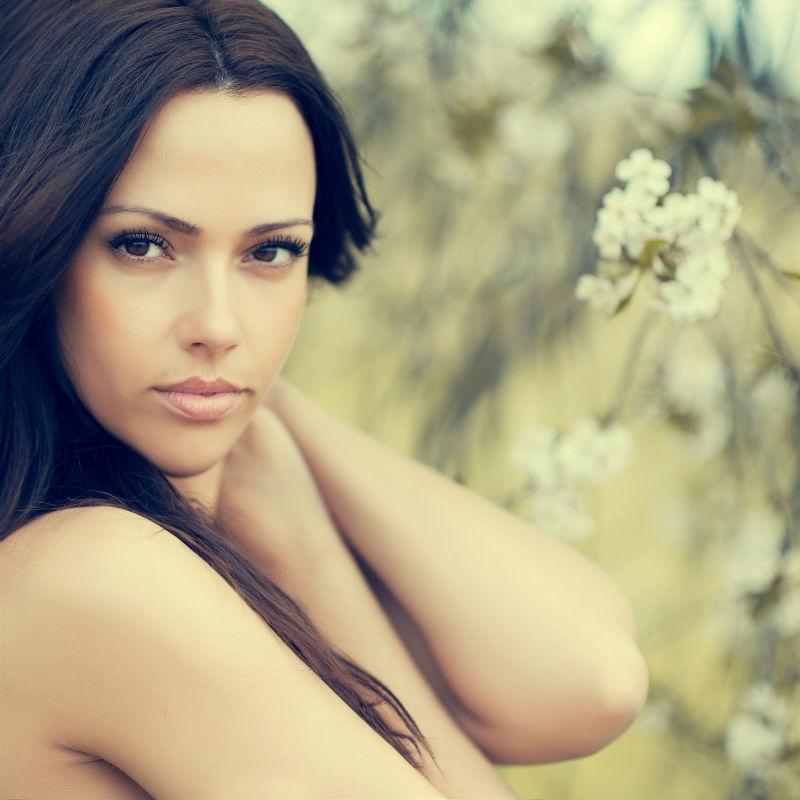 在户外年轻漂亮的女人