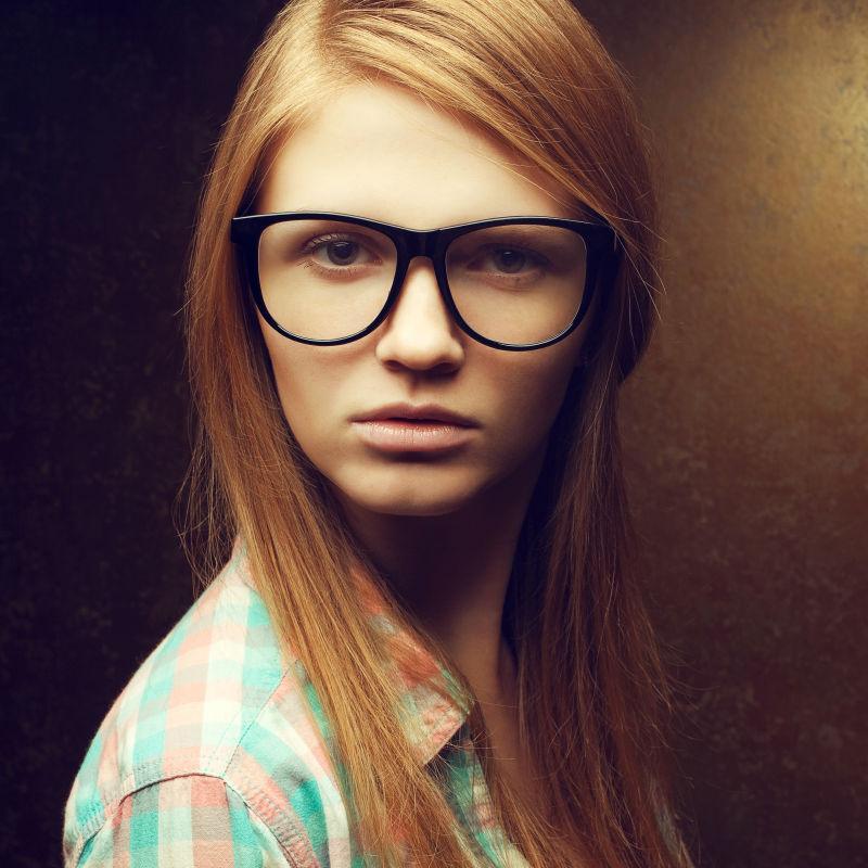 戴眼镜的金发女郎