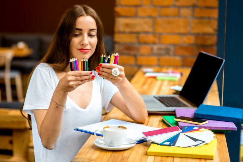 拿着彩色铅笔的年轻设计师