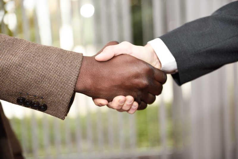 黑人与白人的握手图