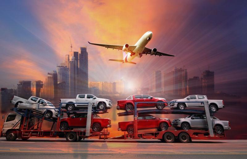 拉着多辆车的大型挂车和天空上的飞机