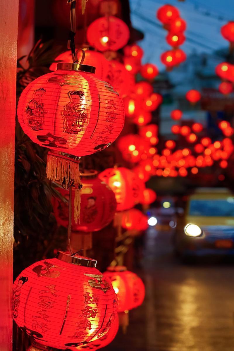 夜晚的红色灯笼
