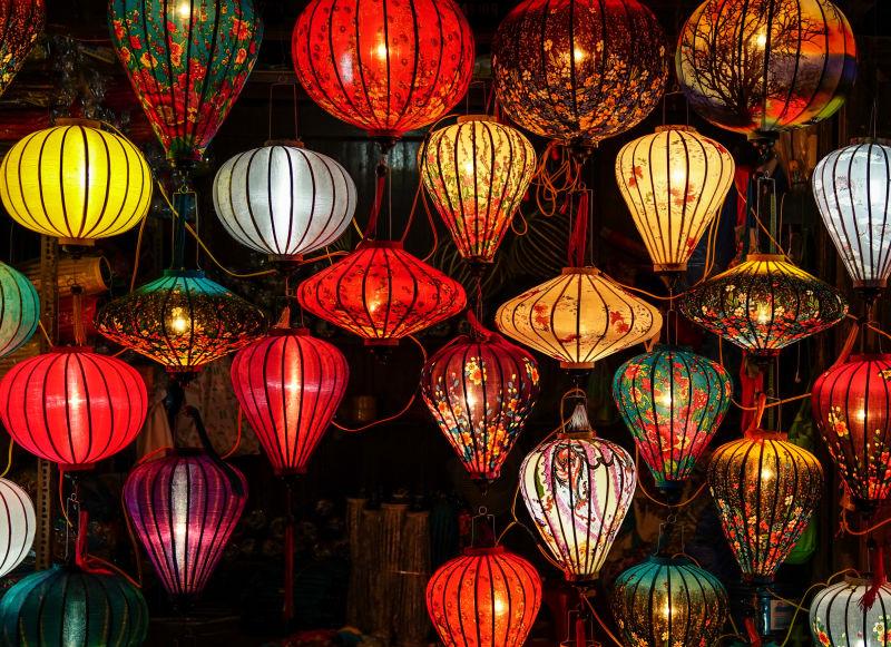越南会安古镇街道上的五彩灯笼