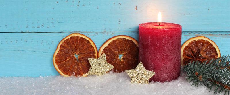 燃烧的圣诞蜡烛和八角装饰