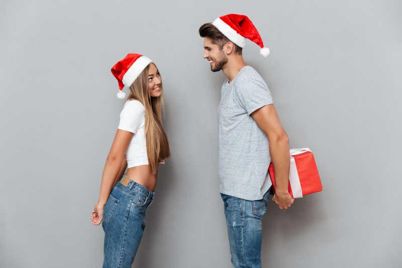 带着红色圣诞帽的一对情侣