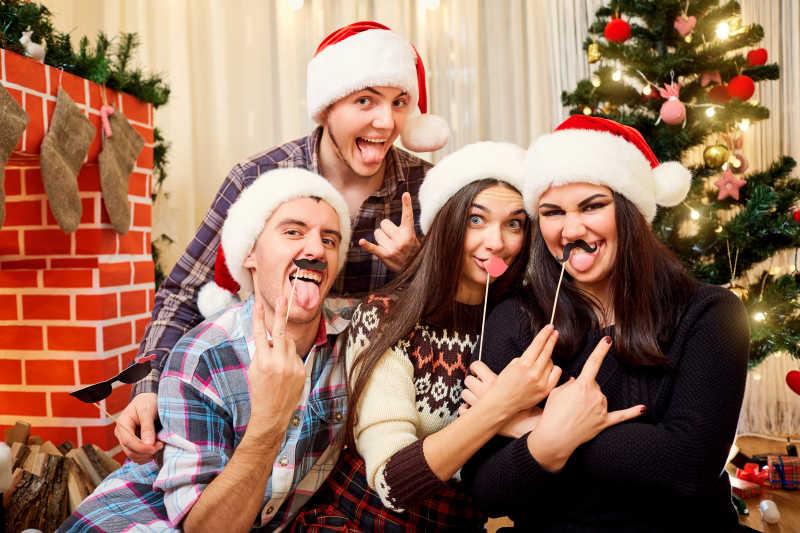 圣诞树边一家四口在快乐的过圣诞节