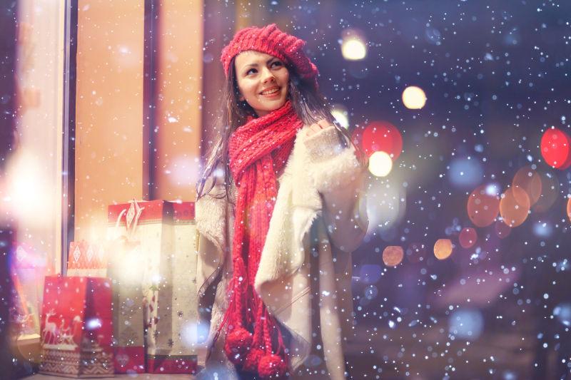 圣诞节购物的女孩