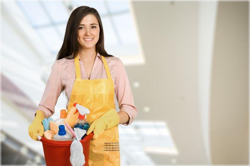 清洁工人拿着清洁装备打扫卫生