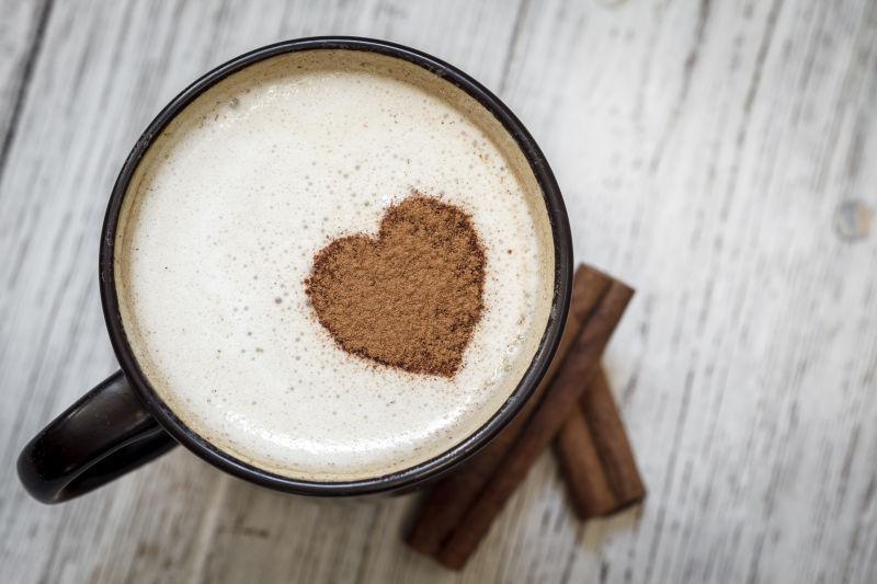 桂皮和心形咖啡