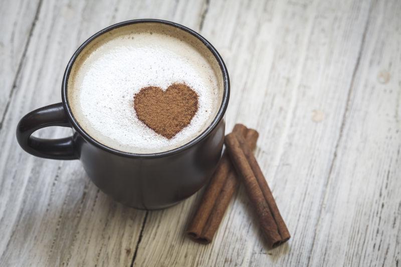 桂皮和心形的咖啡