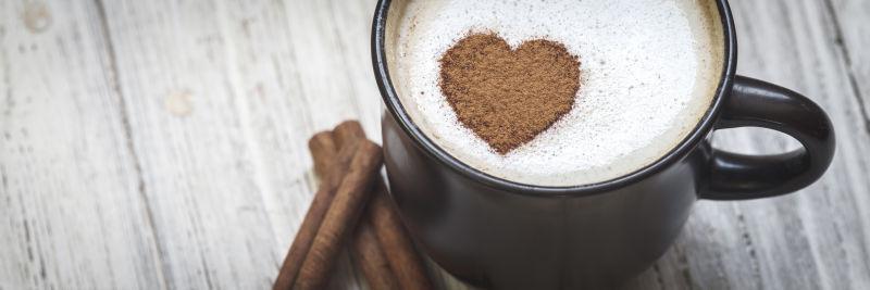 一杯心形状的咖啡