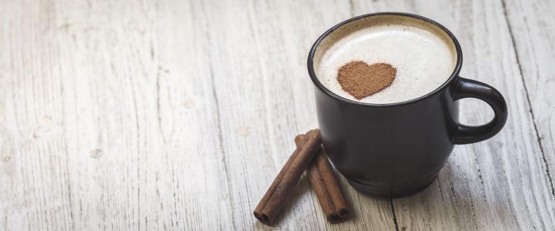 木桌上的心形咖啡
