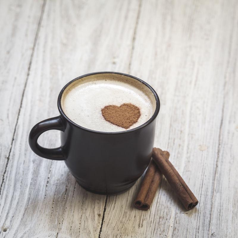 桂皮咖啡和心形咖啡