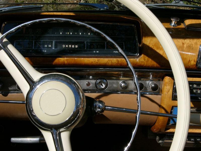 老式汽车的方向盘和仪表板